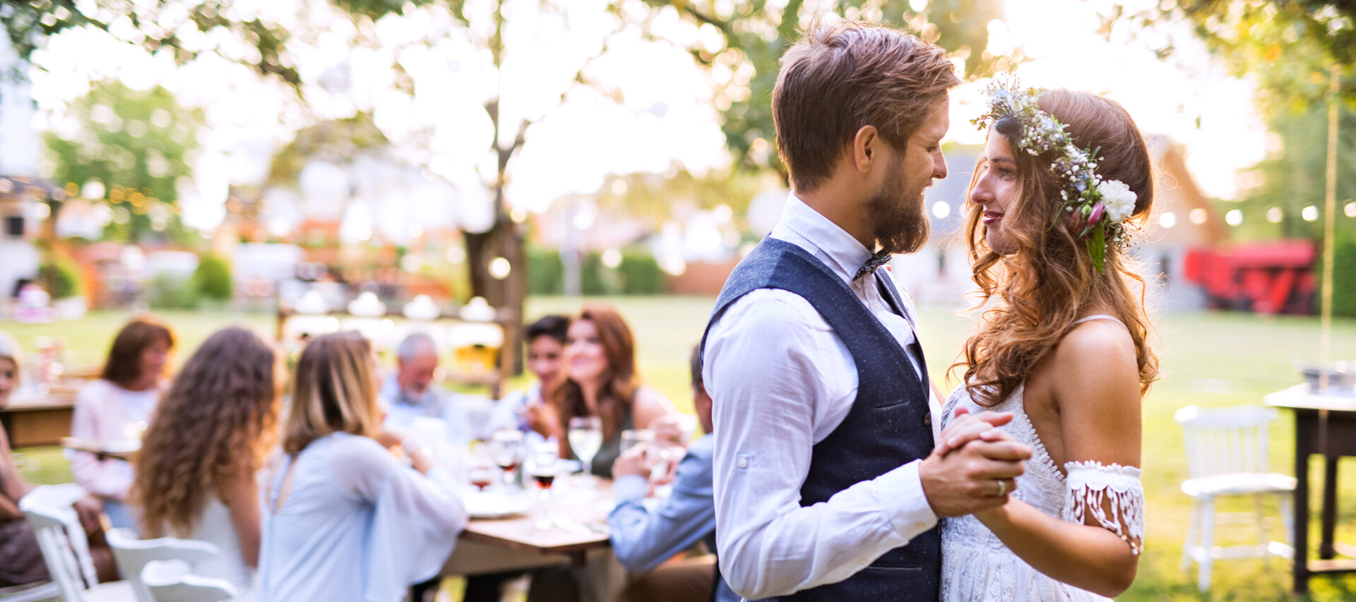 bride-and-groom-dancing-at-wedding-reception-outside-in-the-backyard