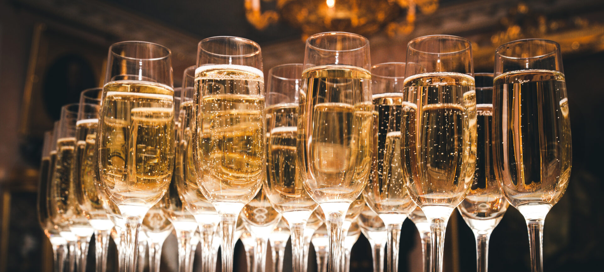 a-lot-of-glasses-of-champagne-in-a-luxurious-atmosphere-stylish-toned-photo-secular-reception-new-year-wedding